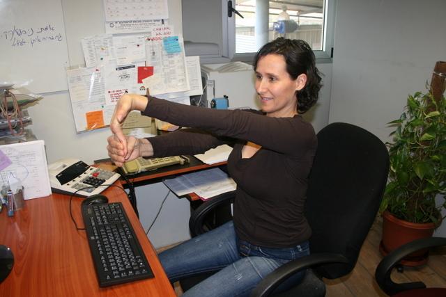 אימון כושר אישי - תרגיל מתיחה במשרד