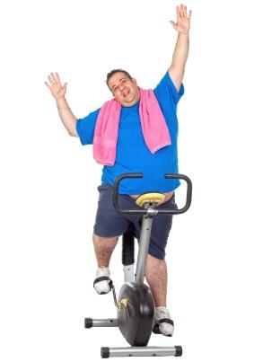 אימון כושר לירידה במשקל - מתאמן רוכב על אופניים נייחים