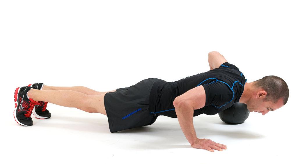 אימון כושר לירידה במשקל - תרגיל שכיבת סמיכה עם כדור כוח