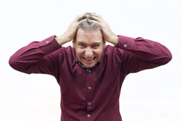 אדם במצב לחץ מחזיק את הראש