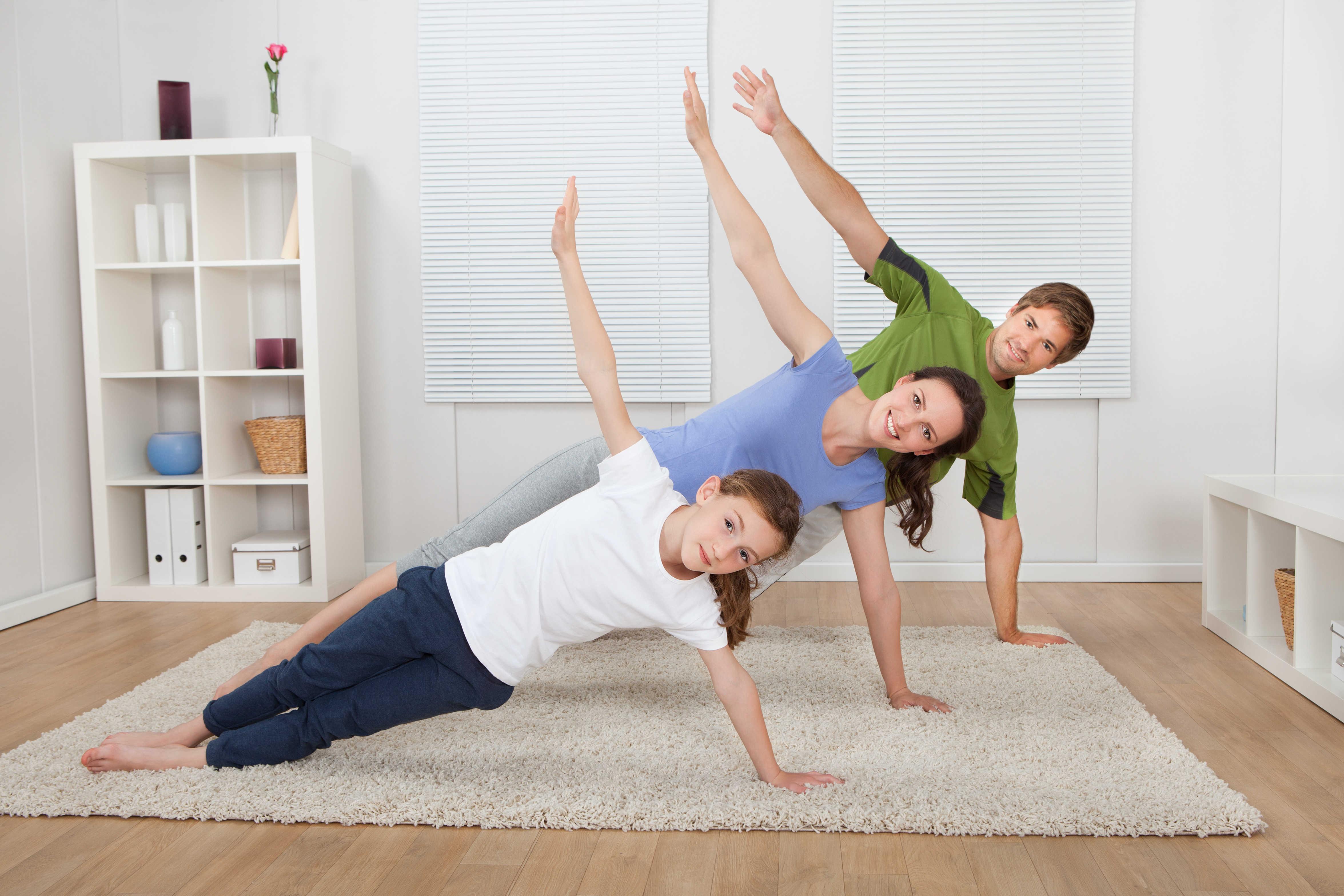 אימון כושר משפחתי בסלון
